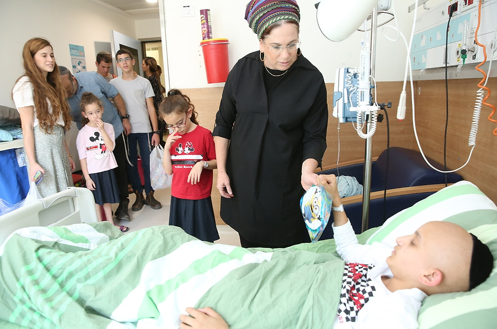 Terrorist survivor returns each year to Shaare Zedek to give thanks and bring happiness to others